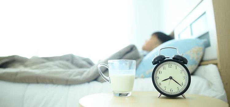 Uống một cốc sữa ấm trước khi đi ngủ 1