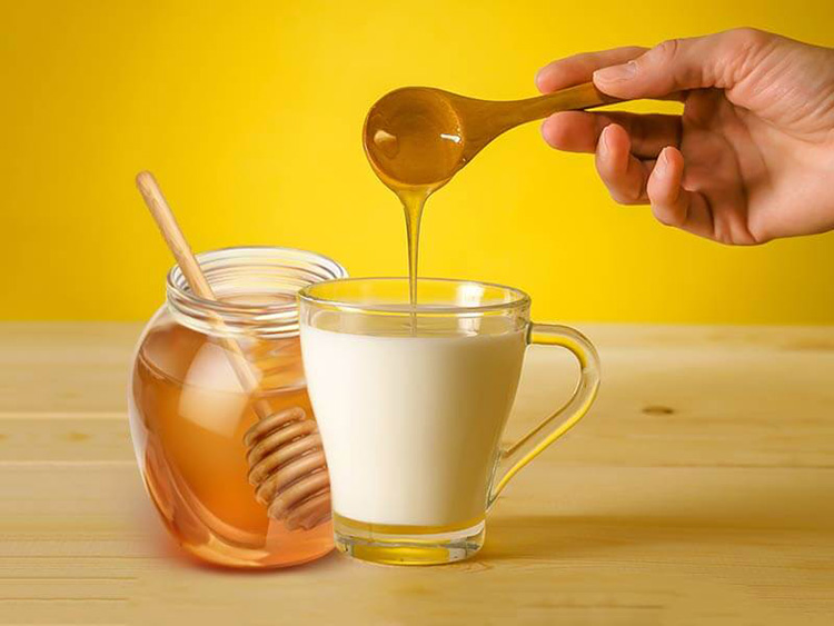 2/ Trị mất ngủ bằng mật ong và sữa ấm 1