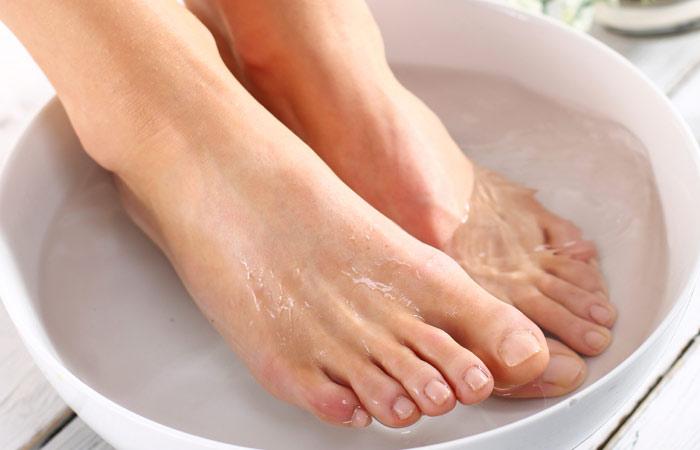 Ngâm chân với nước ấm và muối 1