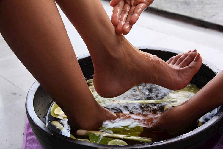 Ngâm chân với nước ấm và sả 1